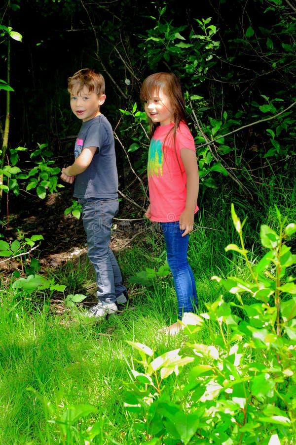 Niños del niño que exploran fotos de archivo