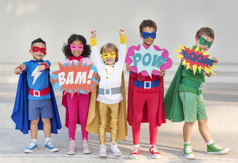 Niños del super héroe con las superpotencias imágenes de archivo libres de regalías