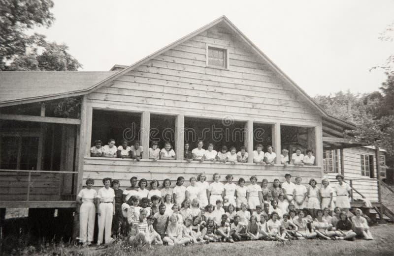 Niños del vintage, campamento de verano de las muchachas foto de archivo