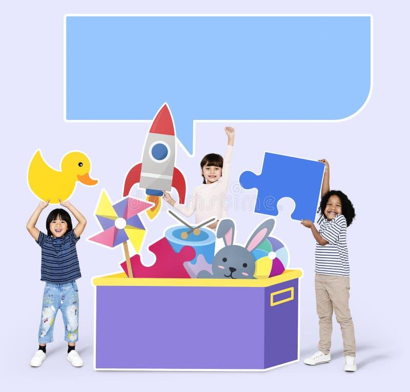 Niños diversos alegres que juegan con los juguetes fotos de archivo libres de regalías