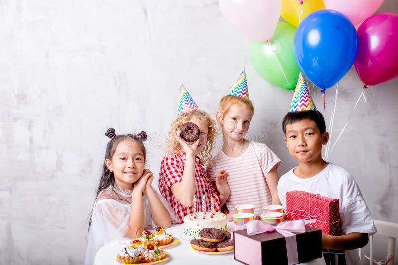 Niños diversos en una fiesta de cumpleaños fotos de archivo libres de regalías