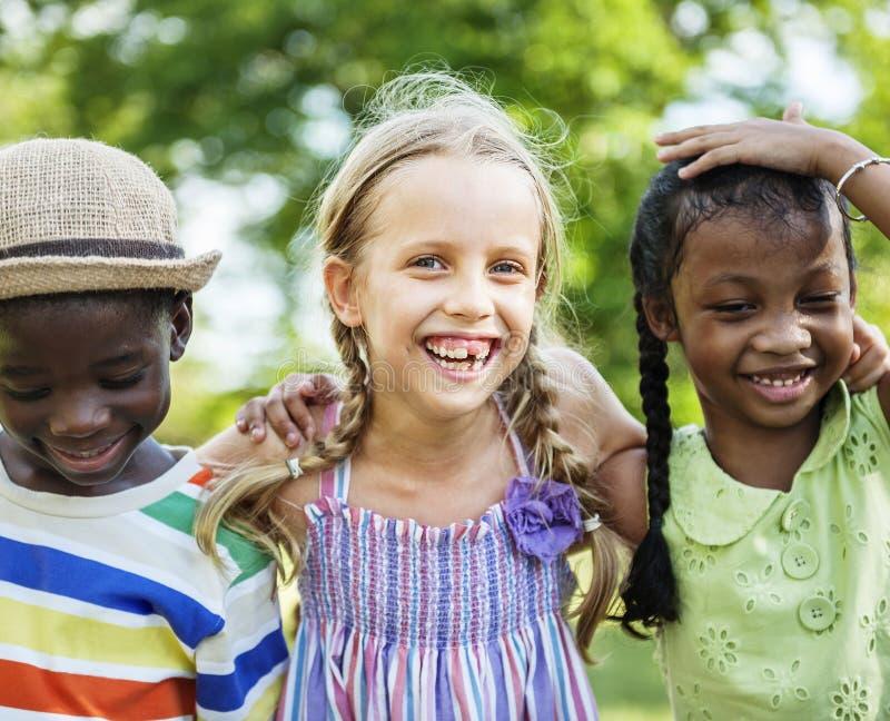 Niños diversos felices en el parque fotografía de archivo libre de regalías