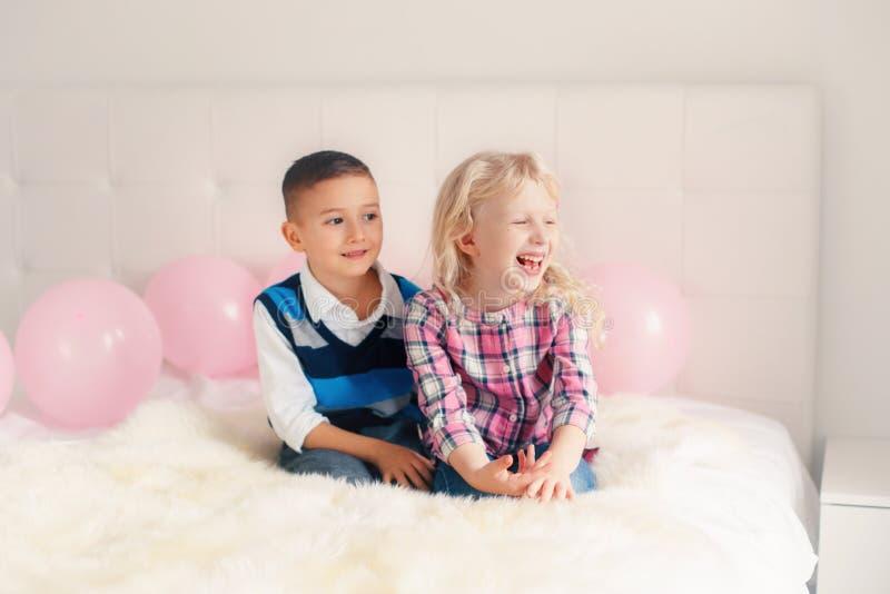 niños divertidos adorables lindos caucásicos blancos sorprendidos sonrientes felices imagen de archivo