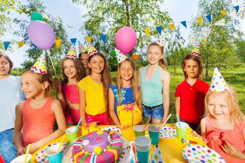 Niños divertidos en la fiesta de cumpleaños al aire libre fotografía de archivo