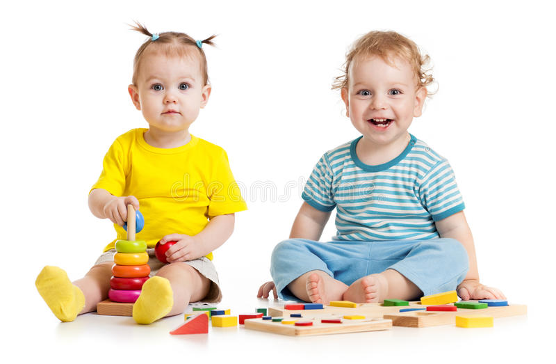 Niños divertidos que juegan los juguetes educativos aislados fotos de archivo