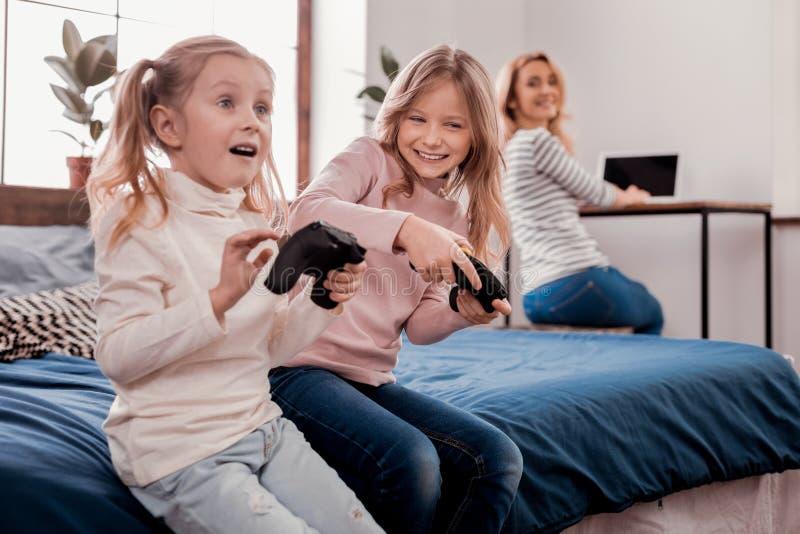 Niños dulces que juegan a juegos imagen de archivo libre de regalías