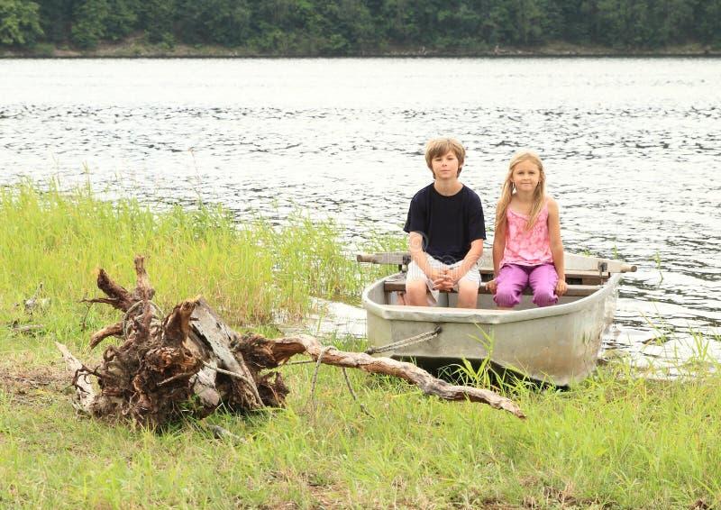 Download Niños en batea foto de archivo. Imagen de agua, batea - 42437628