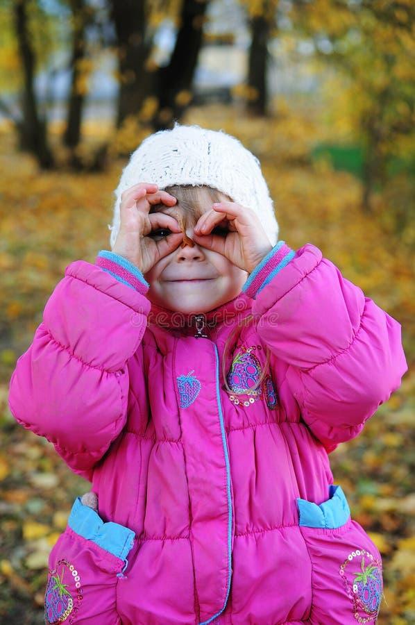 Niños en caminata del otoño fotos de archivo