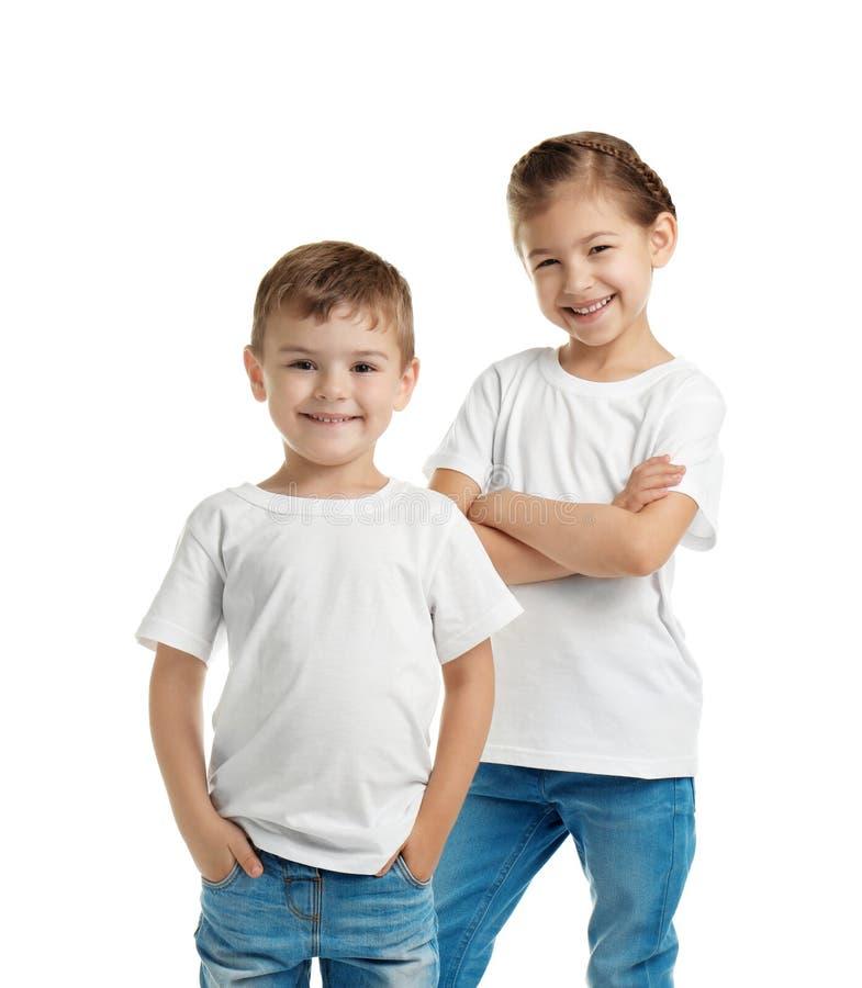Niños en camisetas en el fondo blanco imagen de archivo