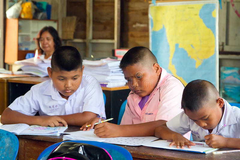 Niños en clase de escuela primaria, Tailandia imagenes de archivo
