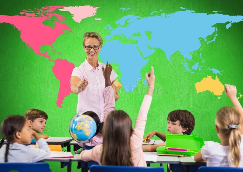 Niños en clase delante del mapa del mundo colorido con el profesor fotografía de archivo libre de regalías
