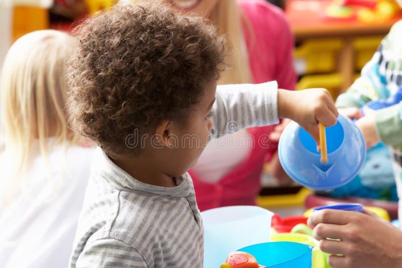Niños en cuarto de niños foto de archivo