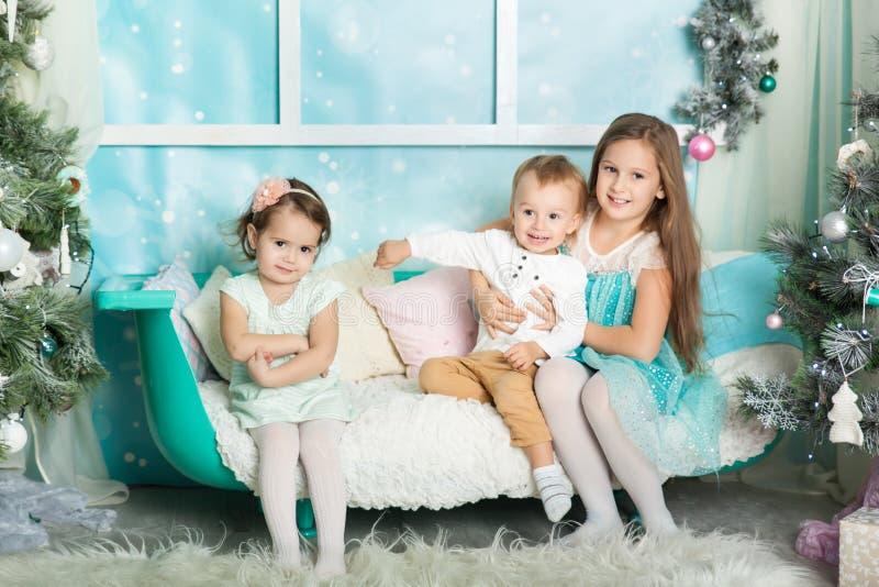 Niños en decoraciones de una Navidad fotografía de archivo libre de regalías