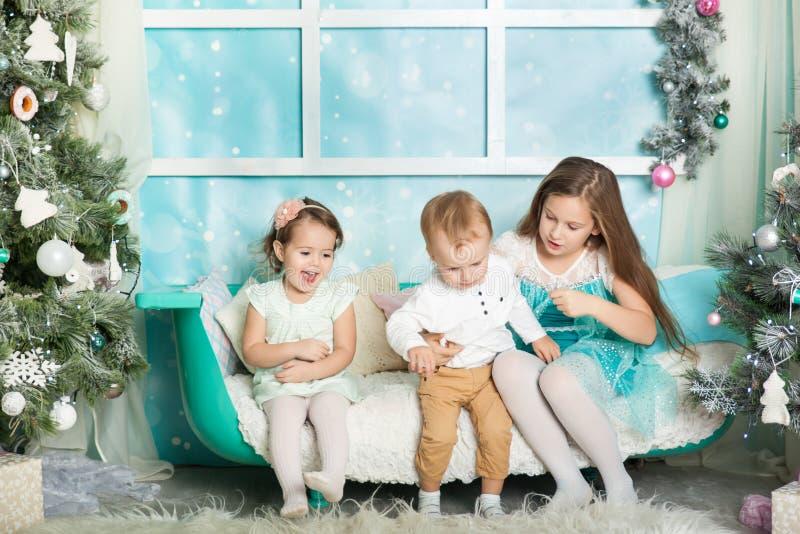 Niños en decoraciones de una Navidad imágenes de archivo libres de regalías