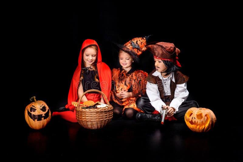 Niños en disfraces de Halloween fotos de archivo
