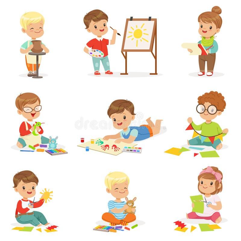 Niños en diversas actividades creativas de Art Class In School Doing, la pintura, el funcionamiento con masilla y el papel del co libre illustration