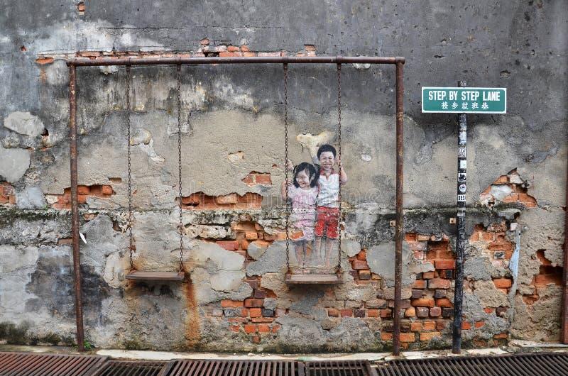 Niños en el arte de la calle del oscilación fotografía de archivo