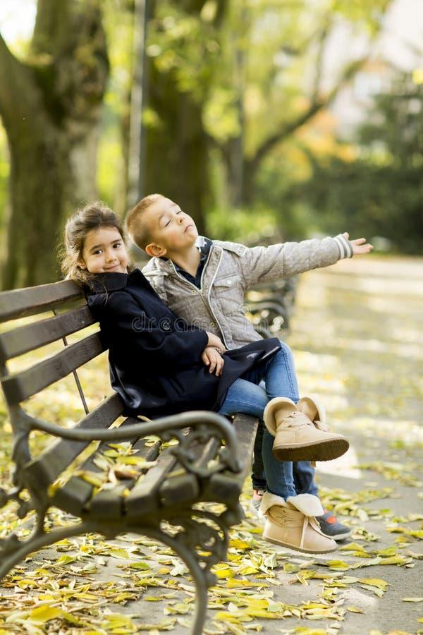 Niños en el banco fotos de archivo libres de regalías