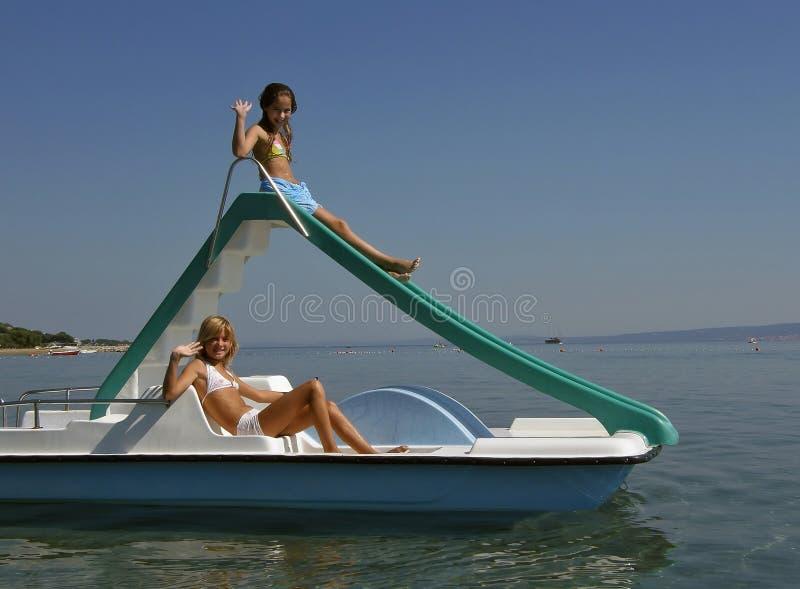 Niños en el barco del pedal en el mar 4 fotografía de archivo