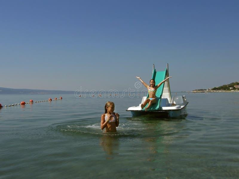 Niños en el barco del pedal en el mar 5 fotografía de archivo