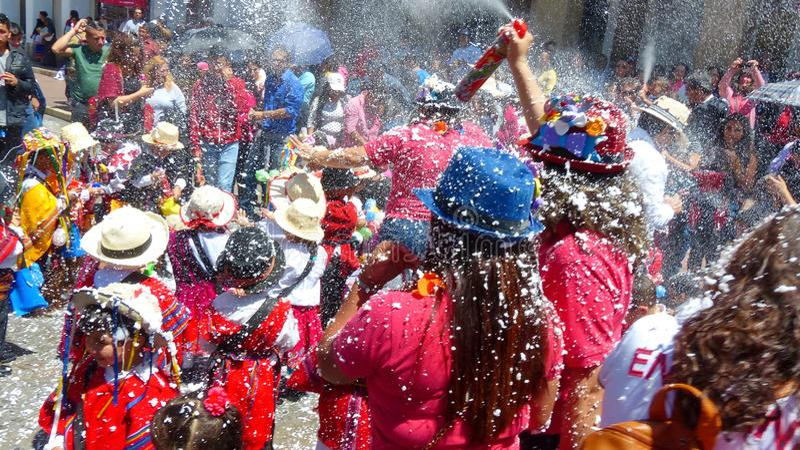 Niños en el carnaval en Cuenca, Ecuador imagenes de archivo