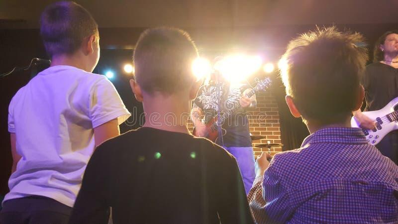 Niños en el concierto imagen de archivo libre de regalías