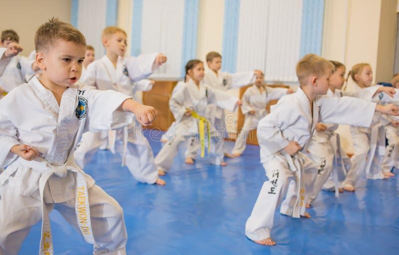 Niños en el entrenamiento del gimnasio imagenes de archivo