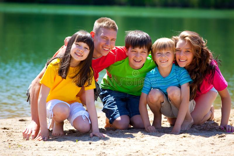 Niños en el lago imagen de archivo libre de regalías