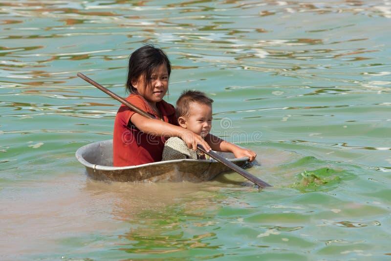 Niños en el lago sap de Tonle en Camboya imagen de archivo