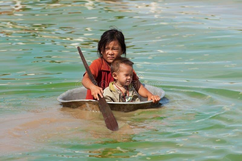 Niños en el lago sap de Tonle en Camboya foto de archivo libre de regalías