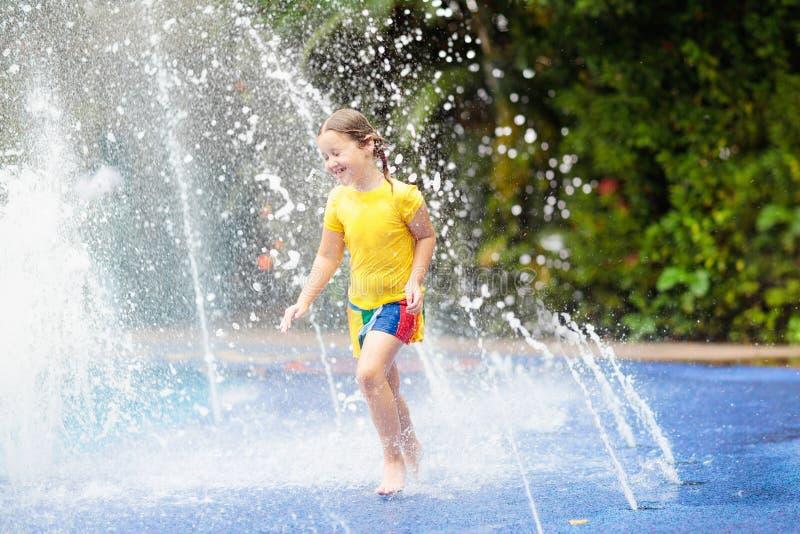 Niños en el parque de la aguamarina Niño en piscina imagen de archivo libre de regalías