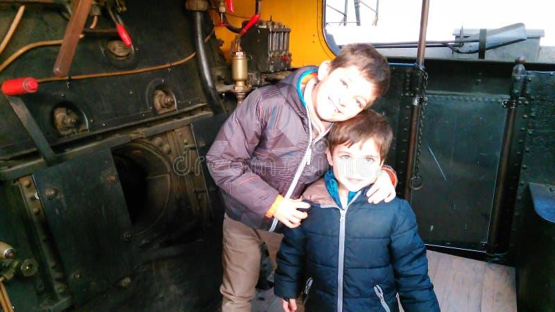 Niños en el tren viejo imagenes de archivo