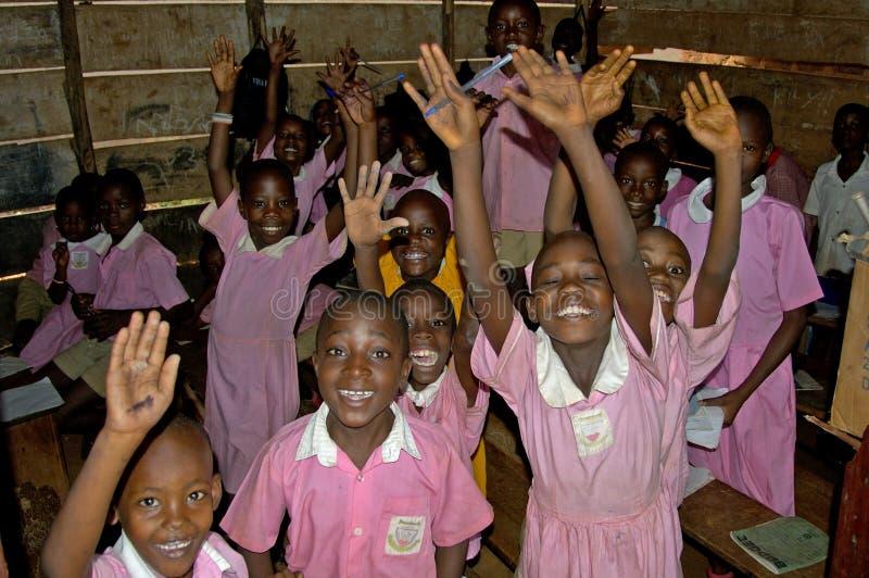 Niños en el uniforme escolar rosado en su escuela, Uganda foto de archivo libre de regalías