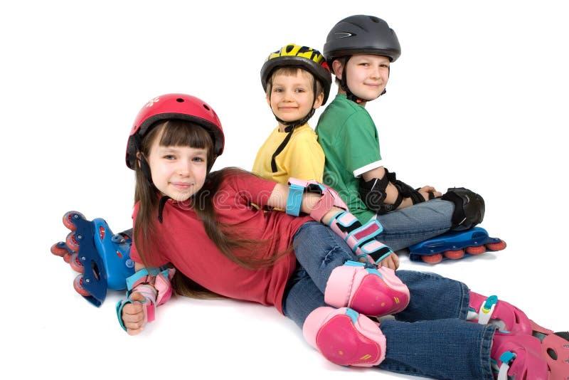 Niños en engranaje del Rollerblade imagenes de archivo