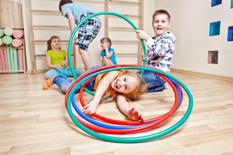 Niños en gimnasio foto de archivo