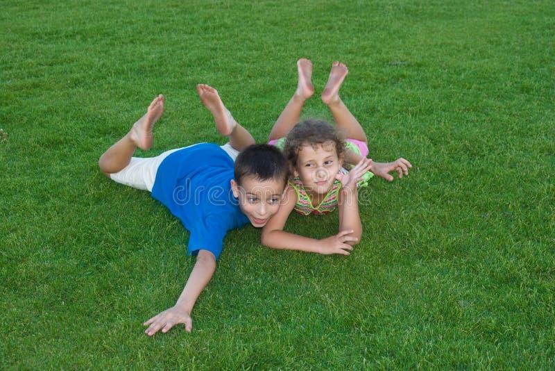 Niños en hierba foto de archivo libre de regalías