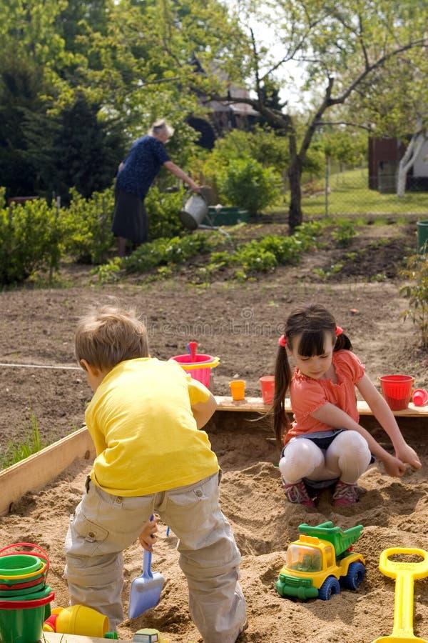 Niños en jardín imagen de archivo libre de regalías