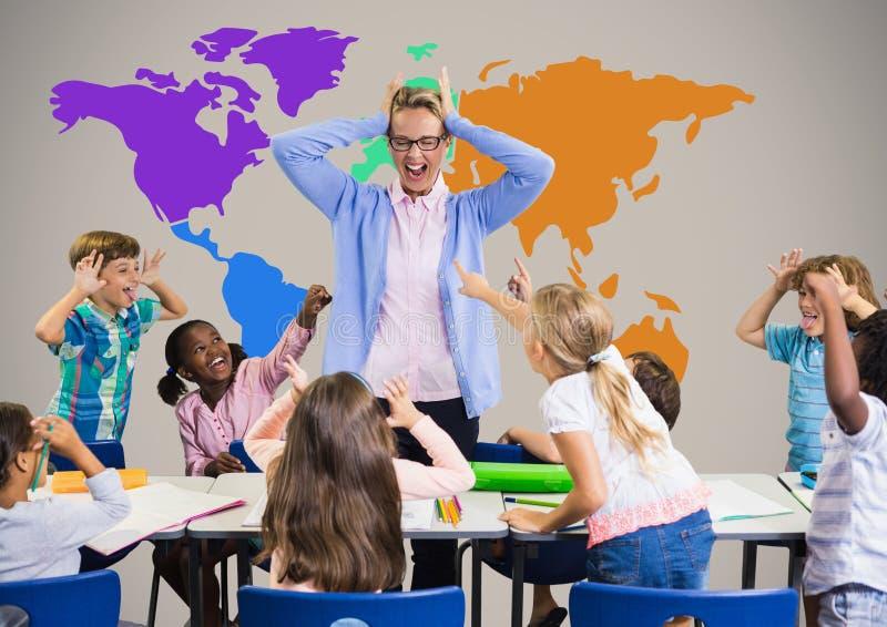 Niños en la clase que grita en el profesor y que ensucia delante de mapa del mundo colorido fotografía de archivo