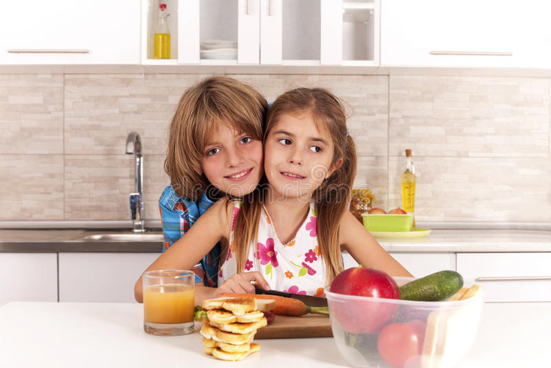 niños en la cocina foto de archivo