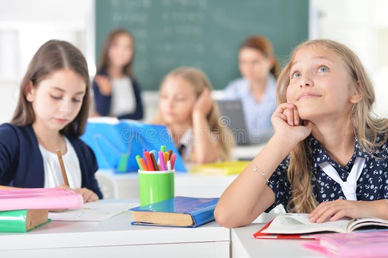 Niños en la escuela en lecciones fotos de archivo libres de regalías