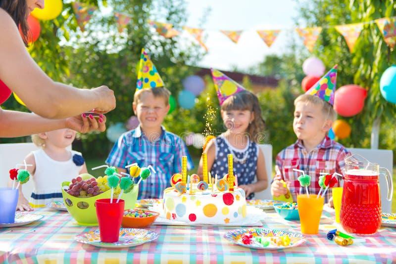 Niños en la fiesta de cumpleaños imagenes de archivo