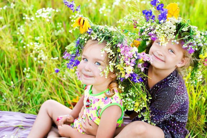 Niños en la naturaleza del verano foto de archivo