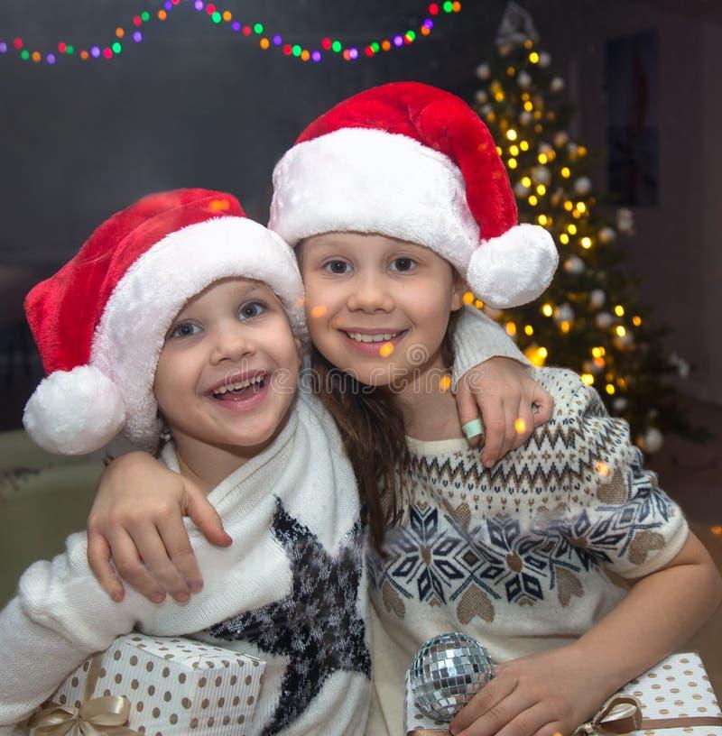 Niños en la Navidad fotos de archivo