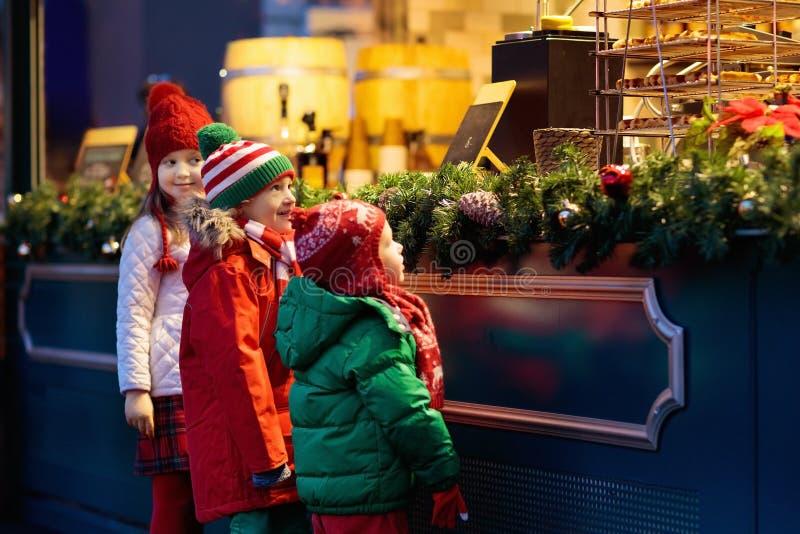 Niños en la Navidad justa Niño en el mercado de Navidad fotografía de archivo libre de regalías