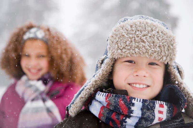 Niños en la nieve fotos de archivo libres de regalías