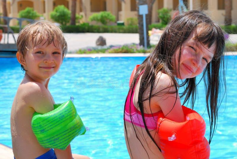 Niños en la piscina fotografía de archivo libre de regalías