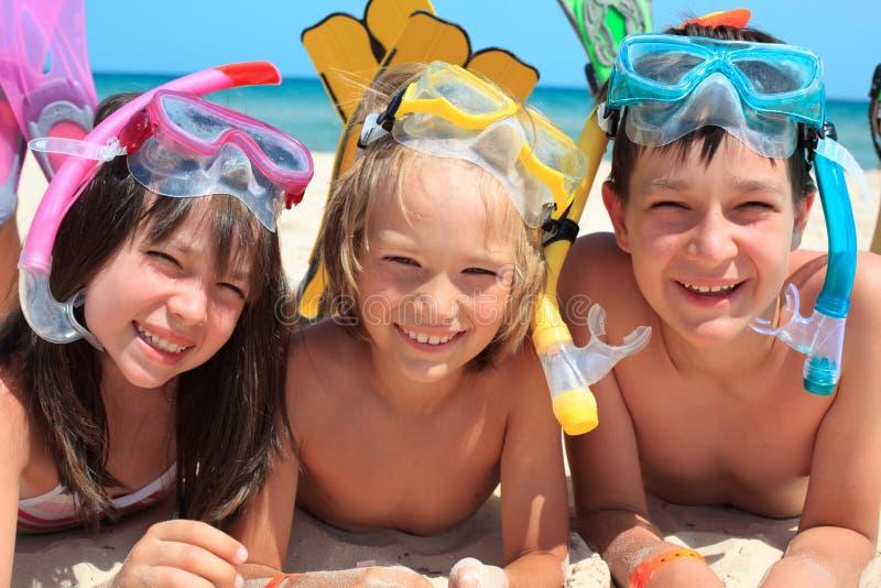 Niños en la playa que bucea foto de archivo libre de regalías