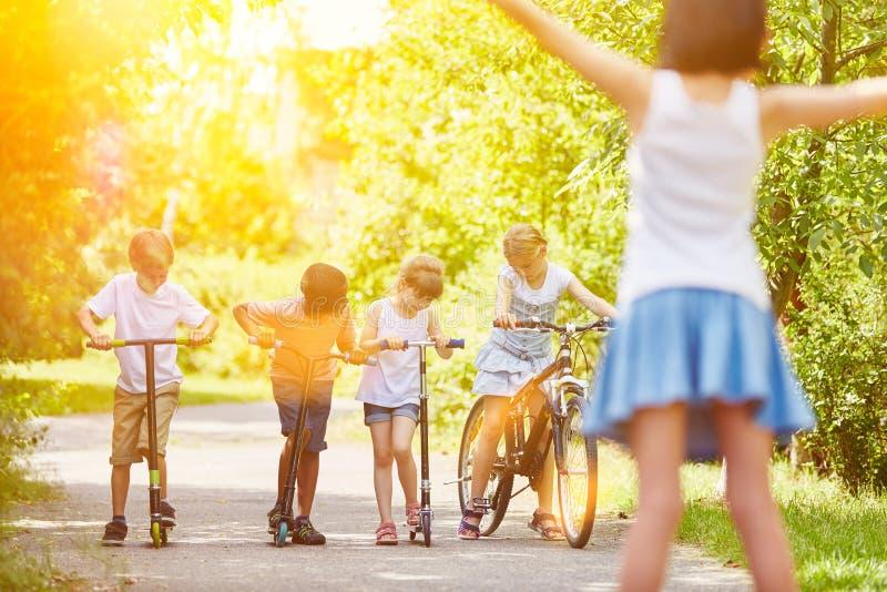 Niños en la raza en el parque foto de archivo