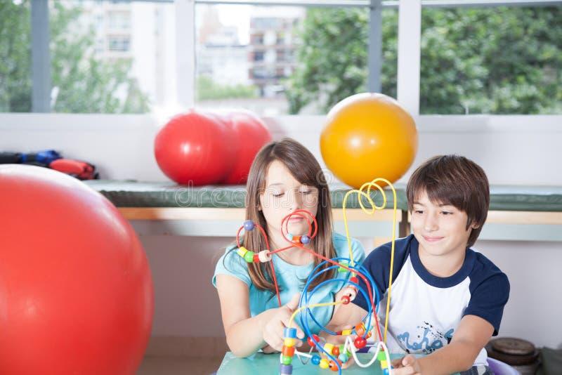 Niños en la rehabilitación foto de archivo