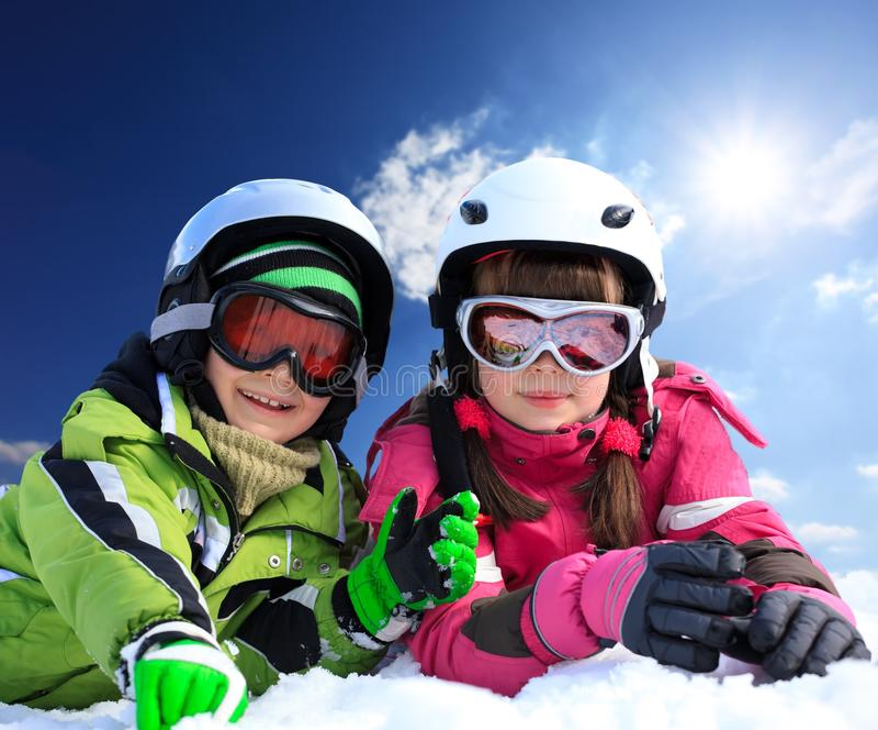 Niños en la ropa del esquí imágenes de archivo libres de regalías